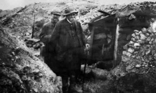 cl-menceau-dans-tranch-e-en-d-cembre-1917